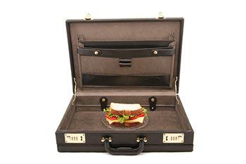 maleta con un sandwiche