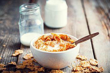 leche con cereales del desayuno