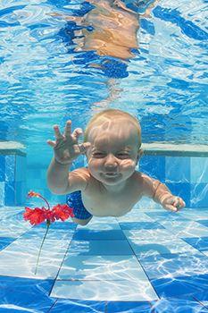 bebé sumergido en el agua