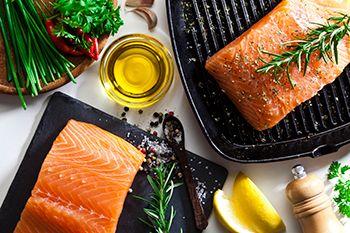 salmón a la plancha con verduras y aceite