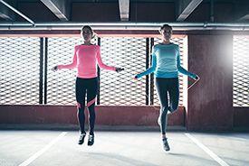 dos chicas saltando a la comba e un garaje