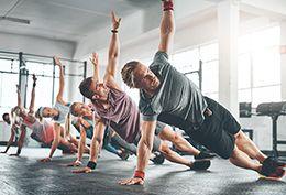 chicos y chicas en el gimnasio haciendo ejercicio