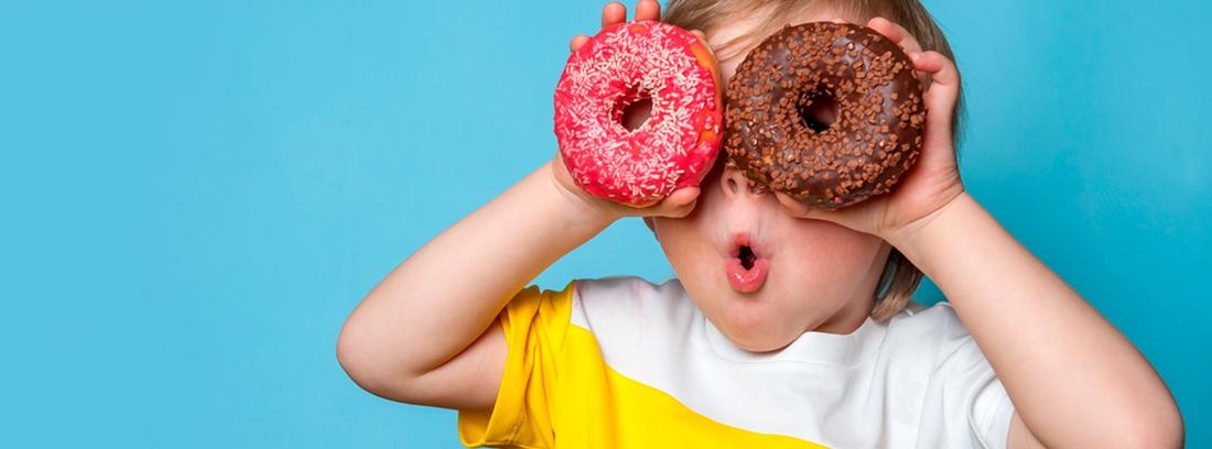 dos niños mordiendo un donuts de fresa