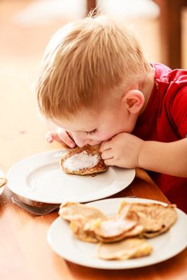 niño comiendo tortitas de azúcar
