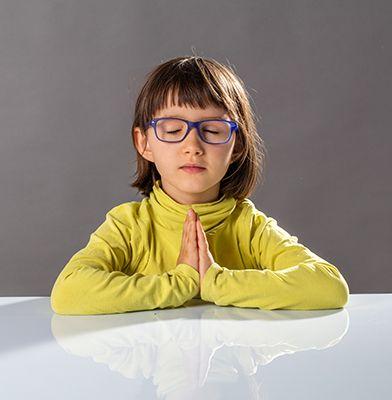 niña con los ojos cerrados practicando mindfulness