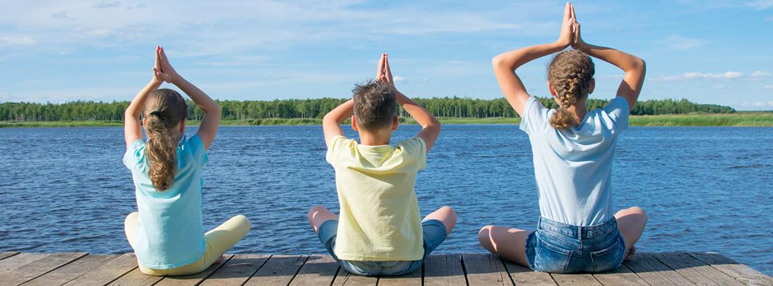 niños practicando mindfulnerss en la playa