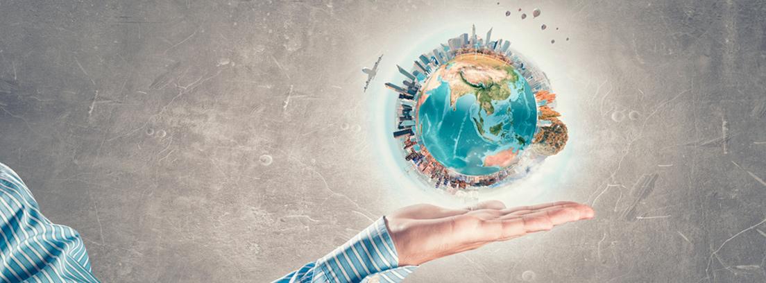 el mundo y una mano parando la polución