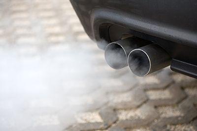 tubo de escape emitiendo gases