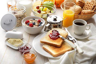 desayuno completo con café, tostadas, cereales, zumo