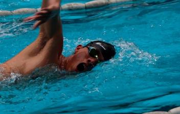 mujer haciendo ejercicios en piscina con unas mancuernas