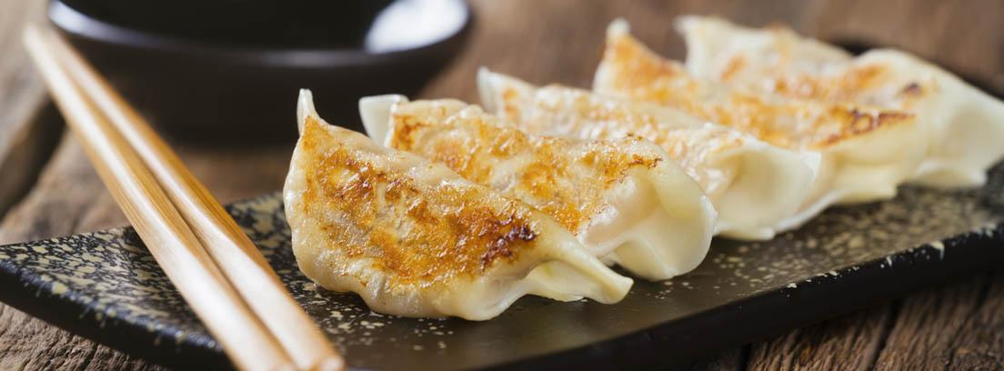 empanadillas japonesas y palillos para comer