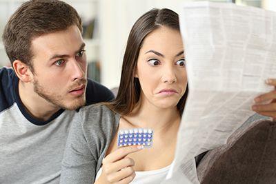 pareja leyendo un prospecto de un medicamento con caras de sorpresa