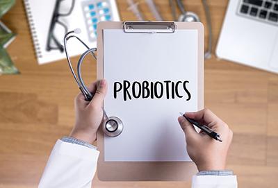 médico con una carpeta en la mano con la palabra probióticos escrita