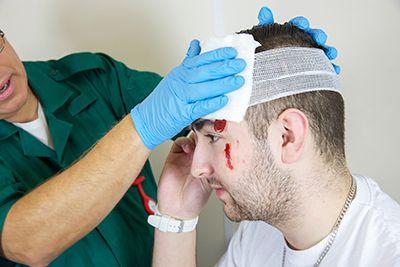 primeros auxilios en joven con un golpe en la cabeza