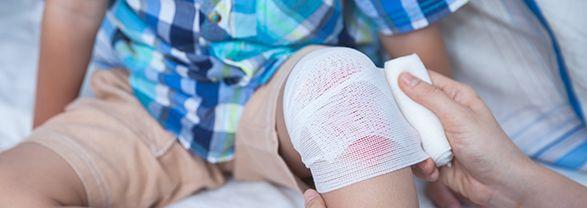 vendaje de rodilla en niño por traumatismo