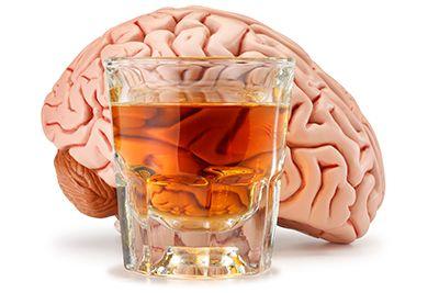 vaso con bebida alcohólica y detrás un cerebro