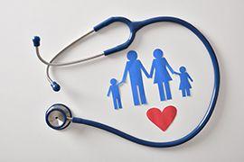 estetoscopio alrededor de una dibujo de una familia y un corazón