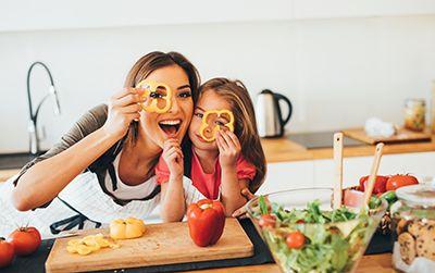 madre e hija con una figurita de patata en las manos