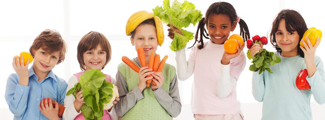 diferentes niños con verduras en las manos