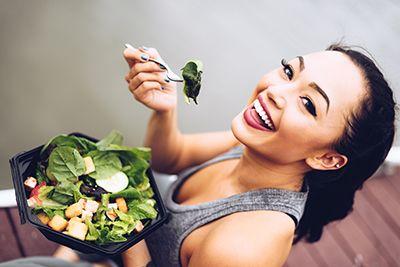 mujer deportista comiendo una ensalada