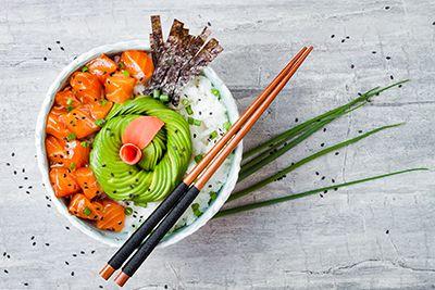 bol de trocitos de salmón, arroz y guacamole