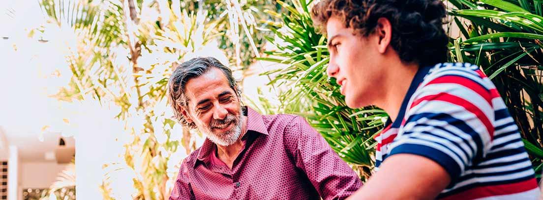 padre hablando con su hijo adolescente