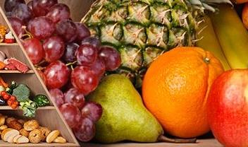 pirámide alimentaria y diferentes frutas y verduras