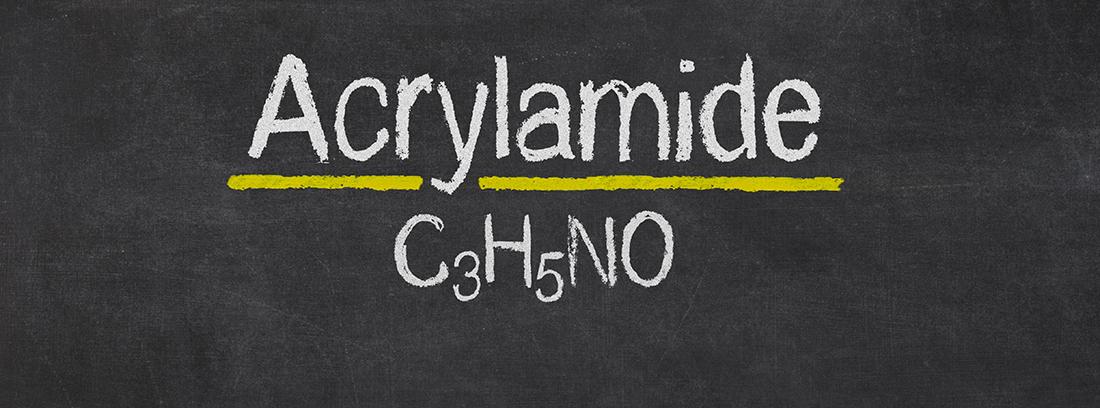 cartel con la fórmula de la acrilamida escrito en tiza