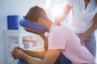 hombre en rehabiticación por dolor de la columna vertebral