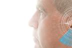 hombre de perfil con detalle sobre su oiiso izquierdo