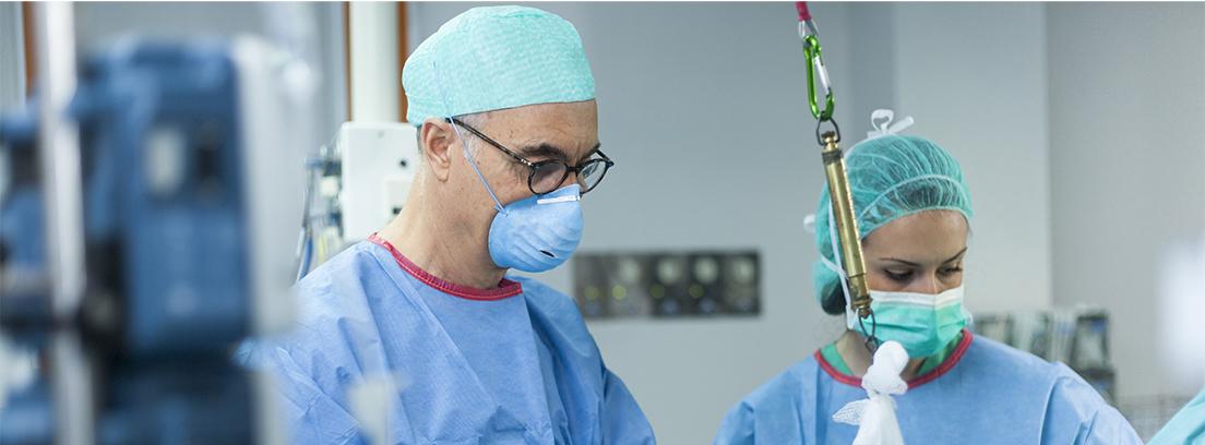 El Doctor Ripoll en quirófano operando el hombro a un paciente