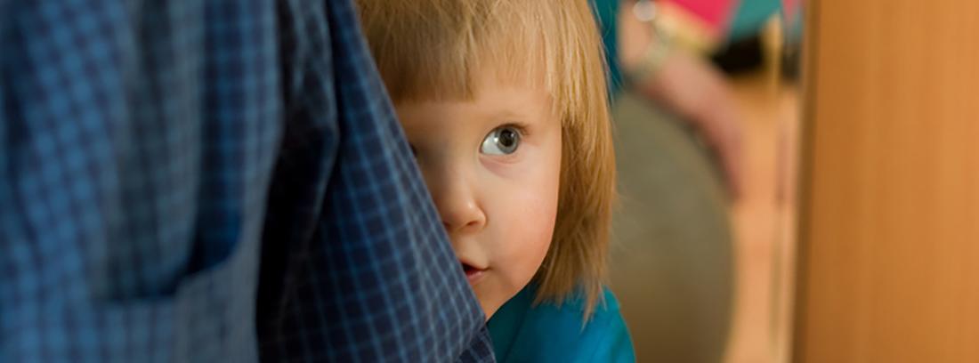 niños timido escondido detrás de algo