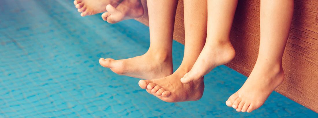 pies de niños sobre una piscina