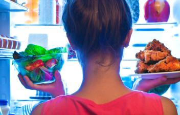niña de espalda cogiendo algo de una nevera