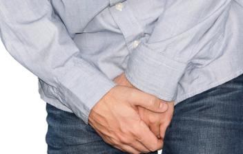 hombre agarrándose la entrepierna
