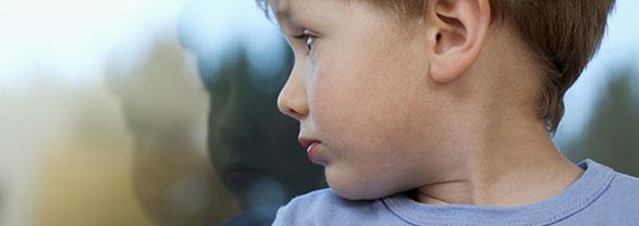 niño con torticolis
