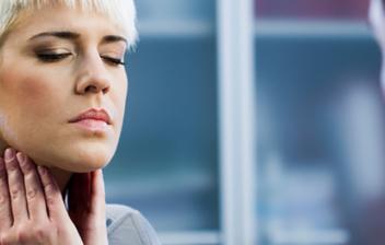 mujer con molestias en las cuerdas vocales visitando al la doctora