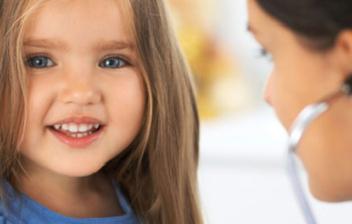 medico oscultando a niña