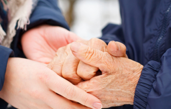 primer plano manos de mujer tomadas de manos de hombre