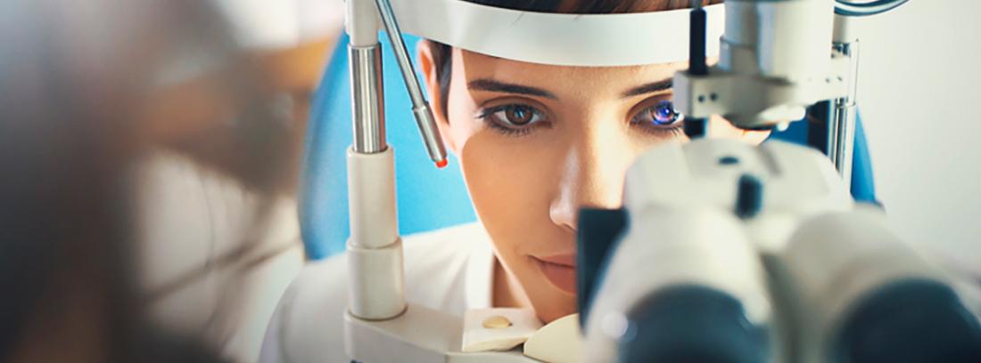 mujer revisándose la retina
