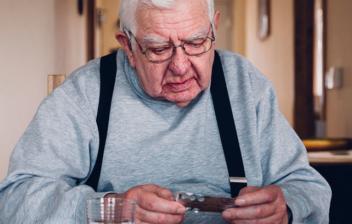 persona mayor mirado hacia abjo