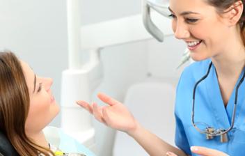 paciente hablando con su dentista