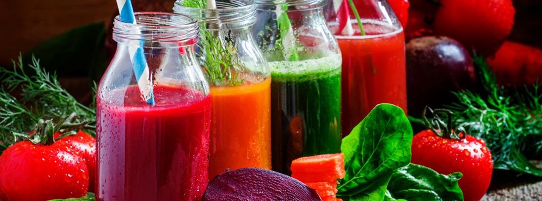 primer plano de zumos naturales en botellas