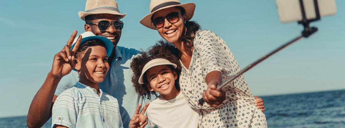familia de vacaciones en el mar