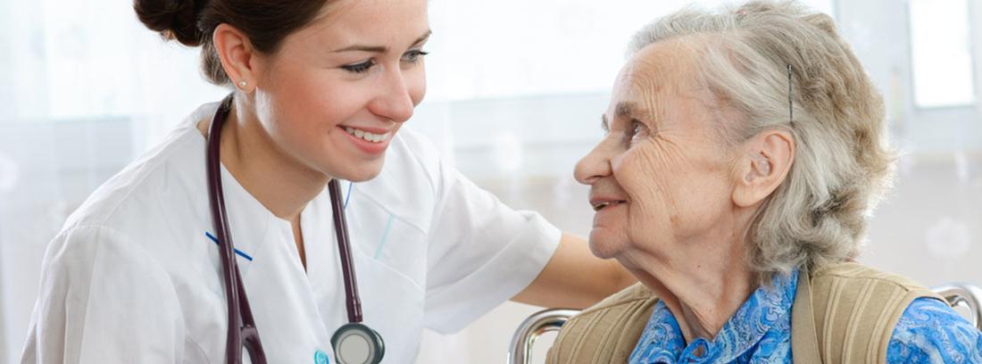 mujer mayor mirando a una médica joven
