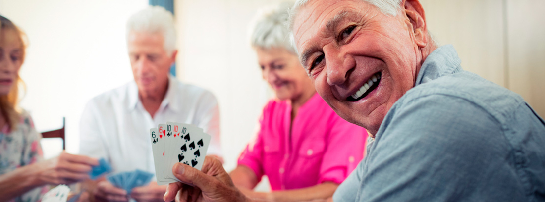 grupo de personas mayores jugando cartas