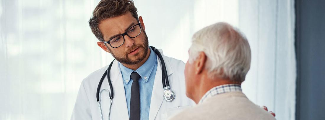 Médico mirando a un paciente mayor