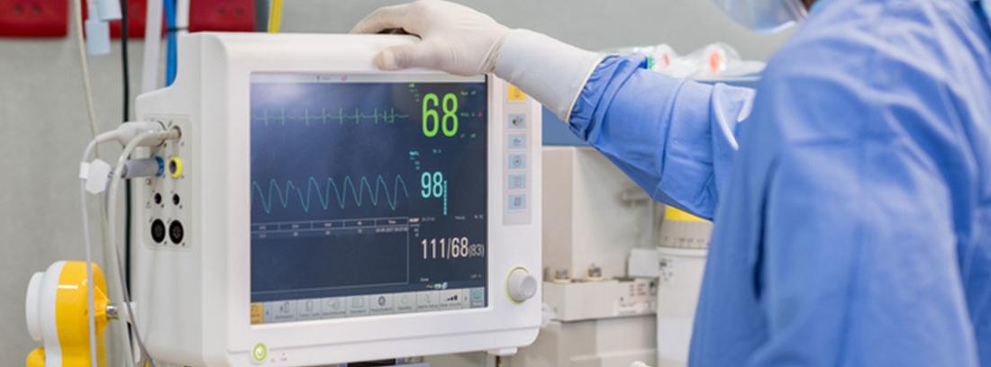 medico con aparato medir constantes vitales