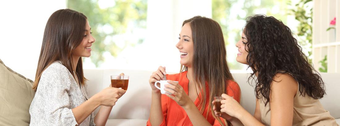 tres mujeres tomando el té