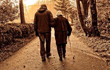 pareja mayor de espaldas caminando